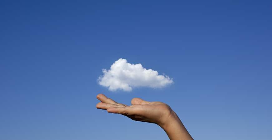 El cloud computing se define como una concepción tecnológica y un modelo de negocio que agrupa ideas tan diversas como el almacenamiento de información, las comunicaciones entre dispositivos, la provisión de servicios o las metodologías de desarrollo de aplicaciones, todo ello bajo el mismo concepto: todo ocurre en la nube